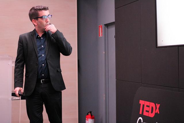 Nacho Caballero en pleno storytelling haciendo una charla TED