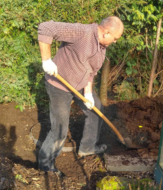 LiLaLauneOpa bei der Gartenarbeit
