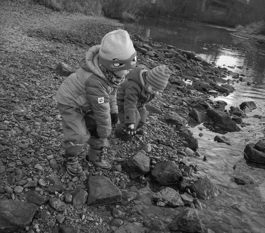 Steine Flippen am Fluss