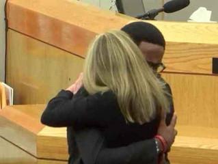"Hombre perdona y abraza a policía que mató a su hermano: ""Acércate a Cristo"""