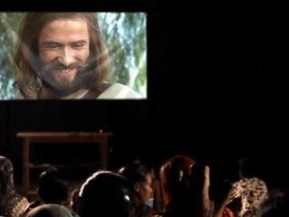 """Miles de personas se convierten después de ver película """"Jesús"""" en la India"""