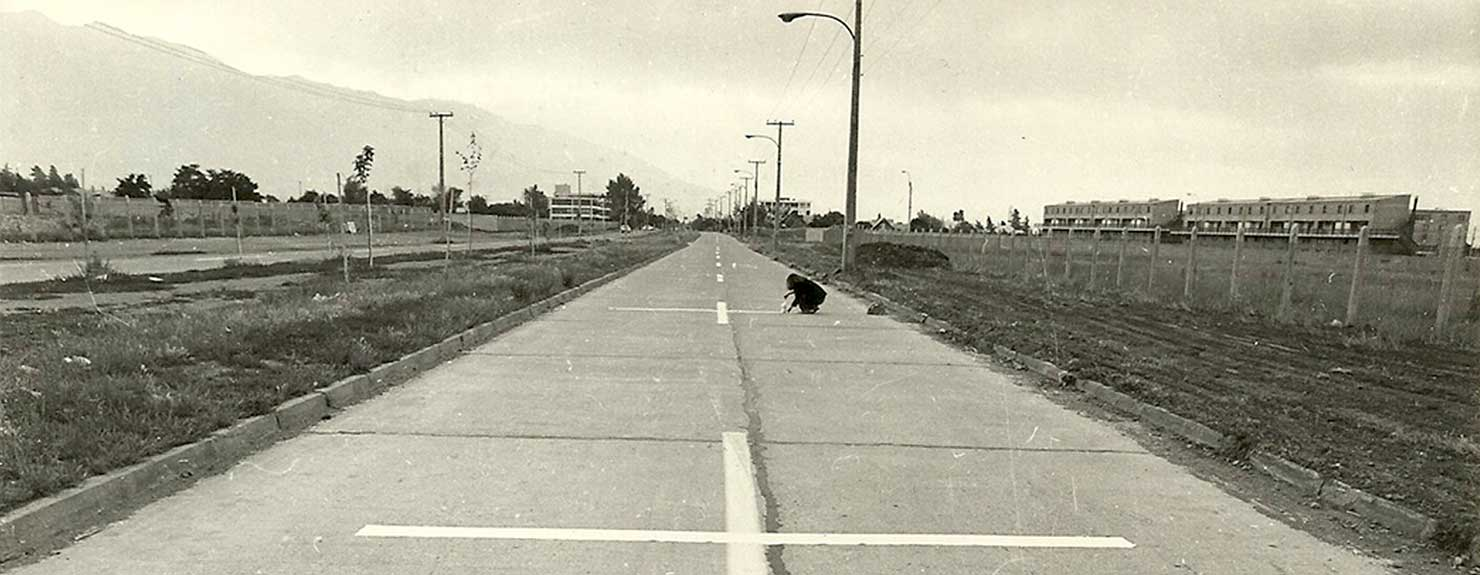 Una milla de cruces sobre el pavimento