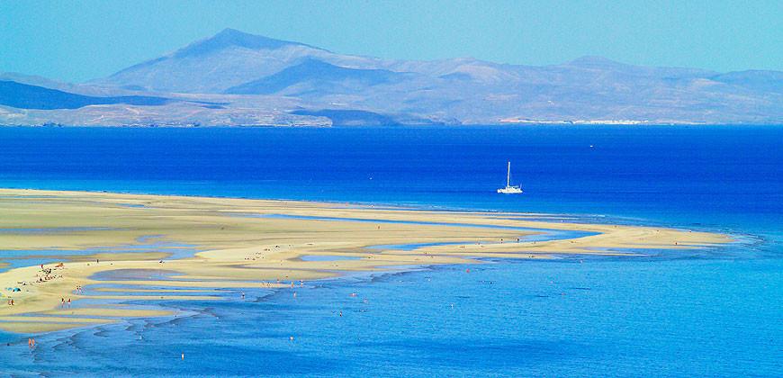 Playas de Fuerteventura. Lanzarote al fondo