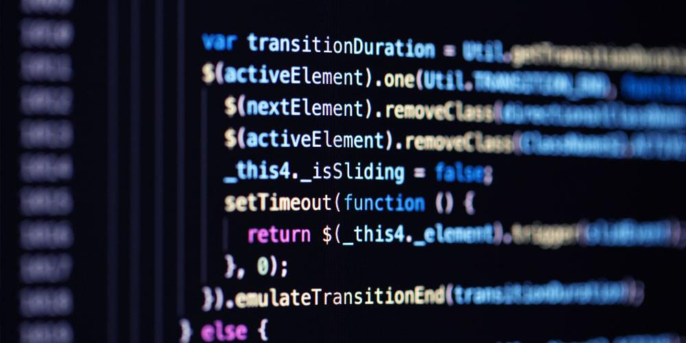 Tela de computador com código digitado. Celtech Engenharia.