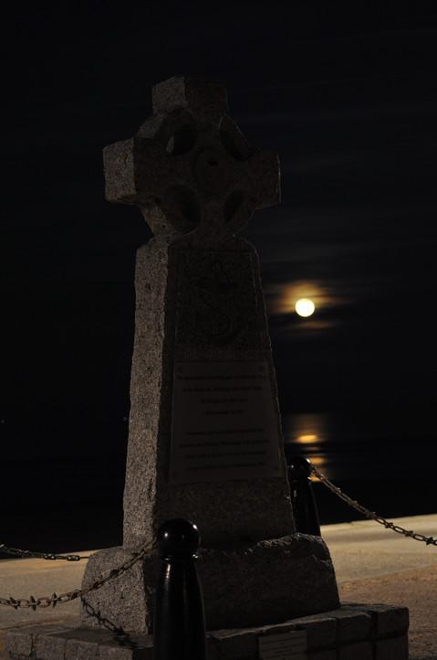040 - Lune rousse en bord de plage.jpg