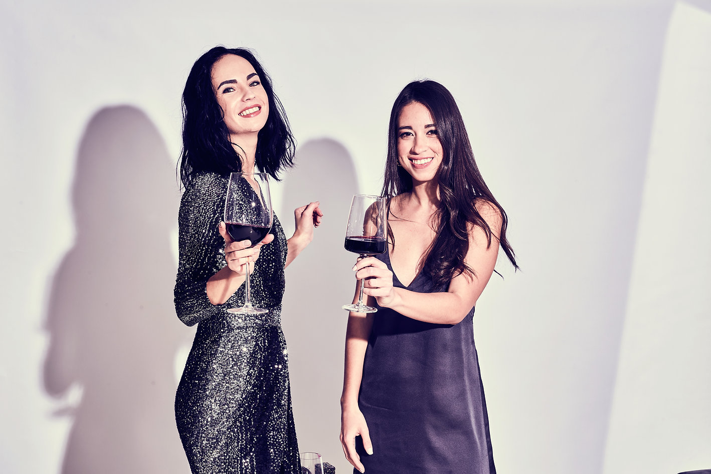 Glamorous-women-drinking-winejpg.jpg
