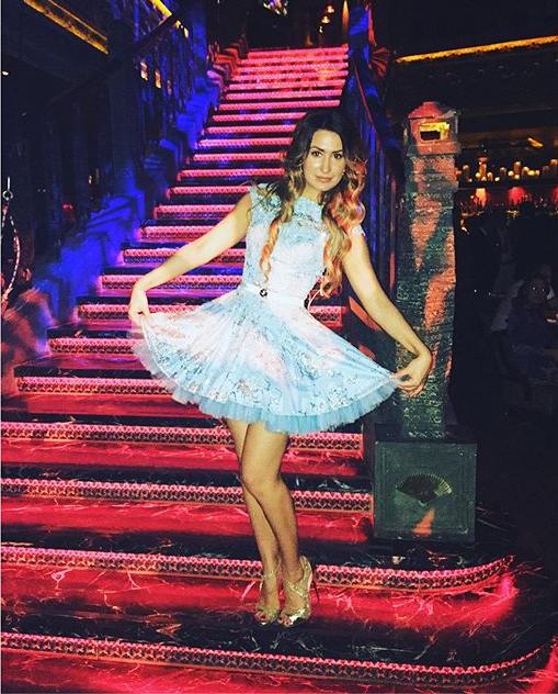 Певица Ульяна в нежно голубом платье