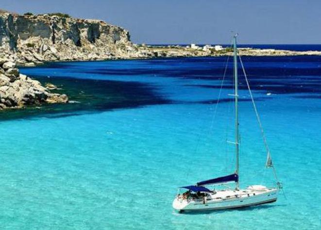 Favignana-elica-di-una-barca-trancia-pie