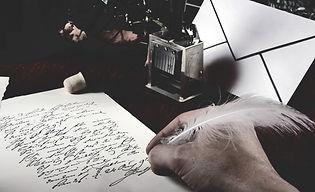 şiir kategorisi için konulan bir elin bir kağıda şiir yazış anı fotoğrafı