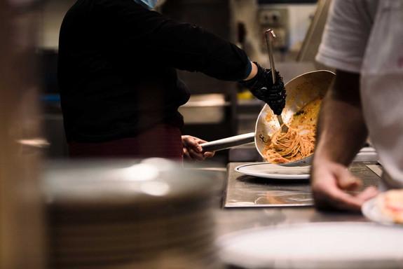 Osteria de' Peccatori Firenze interno cucina spaghetti impiattamento