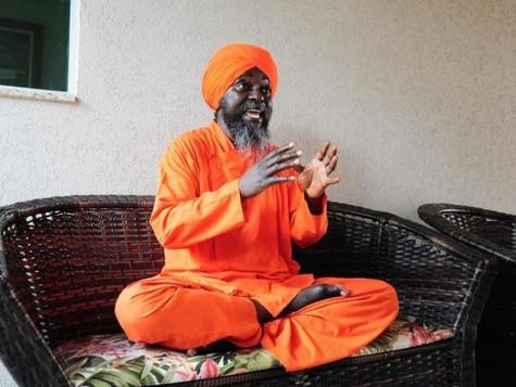 Em retiro, monge africano tenta mostrar que vida não é só comer, dormir e morrer