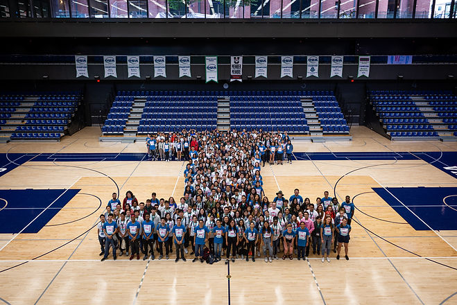 Innis Orientation 2019 students form an 'I' shape