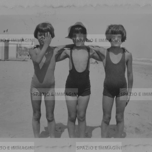 3 young friends at the sea. Original vintage print 50s-60s. Gelatin silver print on baryta paper cm. 7x13,5. Found photo.