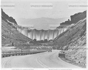Christo, Valley Curtain, 1972. Photo by Shunk Kender. Original vintage print.Gelatin silver print on RC paper cm. 18x24.