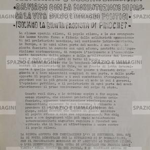 FACCIAMO DELL'11 SETTEMBRE DEL '74 UNA GIORNATA DI LOTTA CONTRO I SERVI DEL FASCISMO E DELL'IMPERIALISMO. SALVIAMO CON LA MOBILITAZIONE DI MASSA LA VITA DEI PRIGIONIERI DI PINOCHET (...). Volantino Ciclostilato cm. 22x33 con riferimento al Cile di Pinochet. C.I.P. , s.d. e s.l. ma Bologna,1974.