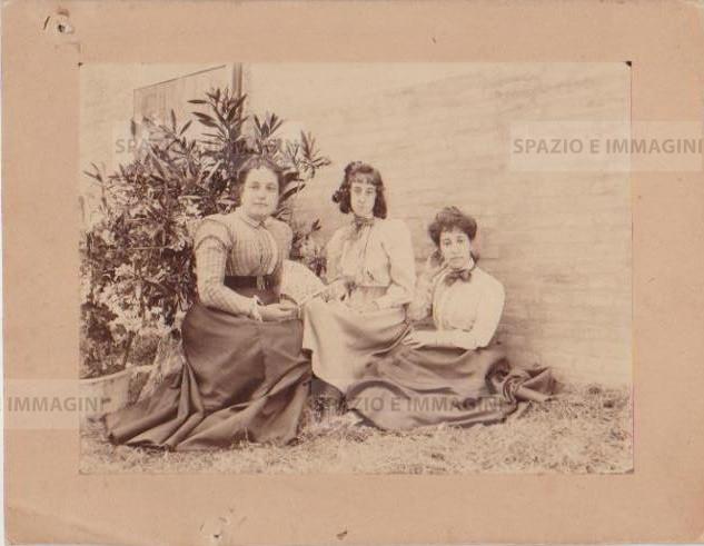 Bologna countryside, family portrait, undated. Albumen print on cardboard cm. 22x17. Unknown photographer