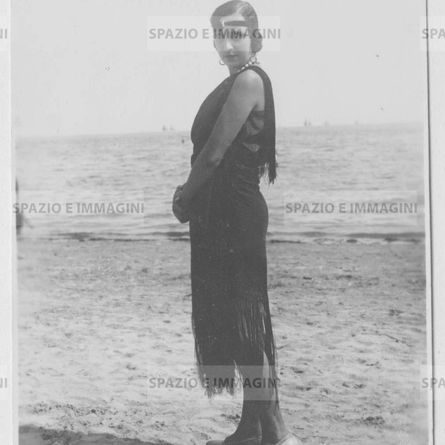 Bell' Epoque. Young woman on the beach. Original vintage print, 10s-20s. Gelatin silver print on baryta paper cm. 8x13. Found photo.