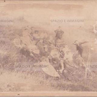 "Bologna countryside, Tableaux Vivant "" Riposo"", 16 maggio 1897. Albumen print on cardboard cm. 25x17. Unknown photographer."