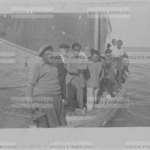 Fisherman's family in Porto Recanati. Original vintage print, 1936. Gelatin silver print on baryta paper cm. 8x11. Found photo.