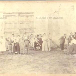 """Bologna countryside, Tableaux Vivant """" Lezione di Ballo"""", 30 maggio 1897. Albumen print on cardboard cm. 25x17. Unknown photographer."""
