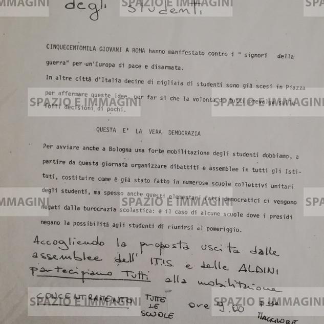 SCIOPERO DEGLI STUDENTI CINQUECENTOMILA GIOVANI A ROMA HANNO MANIFESTATO CONTRO I SIGNORI DELLA GUERRA PER UN'EUROPA DI PACE E DISARMATA. (...). Volantino ciclostilato cm. 22x33 a cura di Coordinamento Unitario Studenti Medi. C.I.P. , s.l. e s.d. ma Bologna anni '70.