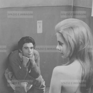 Italiani! E' severamente proibito servirsi della toilette durante le fermate, 1969. Original vintage print by Antonio Casolini. Gelatin silver print on baryta paper cm. 18x24.