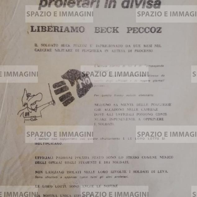 PROLETARI IN DIVISA, LIBERIAMO B. PECCOZ (...). Volantino ciclostilato cm. 22x33 con illustrazione grafica a cura di Proletari in Divisa. A cura di Lotta Continua, Torino, C.I.P. 23-02-1971.