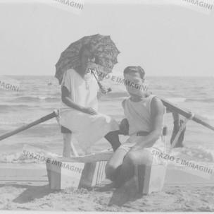 Couple with umbrella seating on the pattino. Original vintage print, 1925. Gelatin silver print on baryta paper cm. 8,5x 13,5. Found photo.