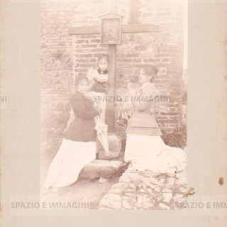 Bologna countrisyde, Tableaux Vivant, Untitled, undated but presumibly 1897. Albumen print on cardboard cm. 25x17. Unknown photographer.