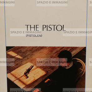PISTOLEN/ THE PISTOL, directed by Jiri Tirl, ( SW), 1973. Film brochure ( pp. 2) cm. 21x30 ( closed) cm. 42x30 (open).