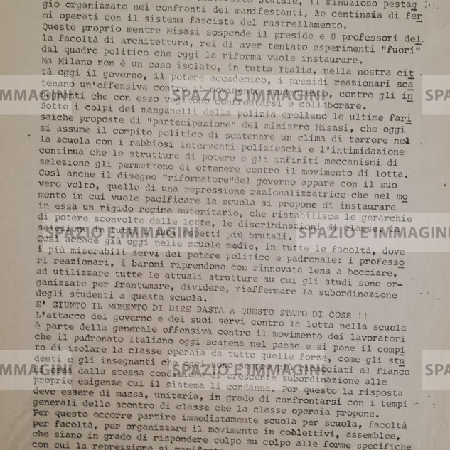 MILANO: ESPLODE LA REPRESSIONE POLIZIESCA: 500 FERMATI( ...). Volantino ciclostilato cm. 22x33 a cura della sezione universitaria comunista J. Pintor e collettivo studenti medi FGCI, contro la linea Misasi- Restivo. S.l. e s.d. ma 1971.