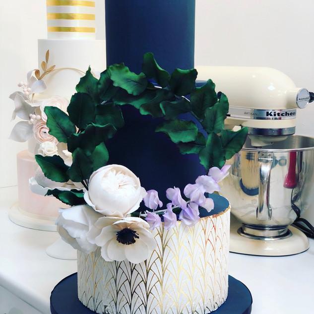 Dark Blue & Gold Cake mit handgefertigtem Floral Hoop aus Zuckerblüten