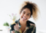 Frau mit Blumen-Muster-Hemd