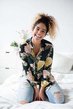 Donna con la camicia modello di fiore