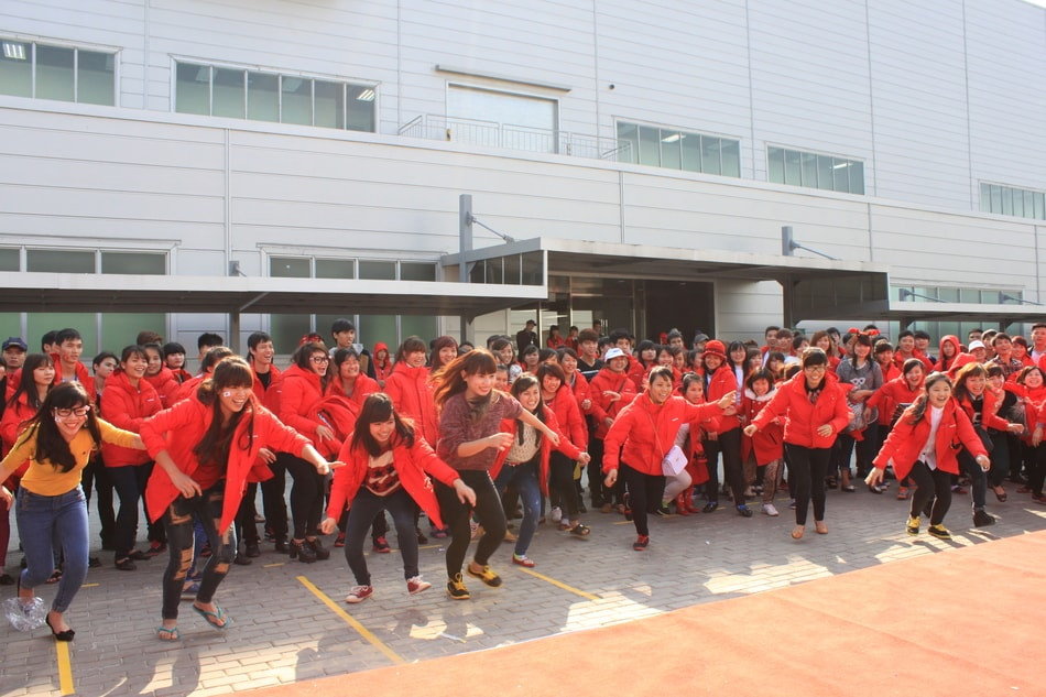 Nhân viên Samsung hào hứng tham gia trò chơi - công ty tổ chức sự kiện Rồng Việt