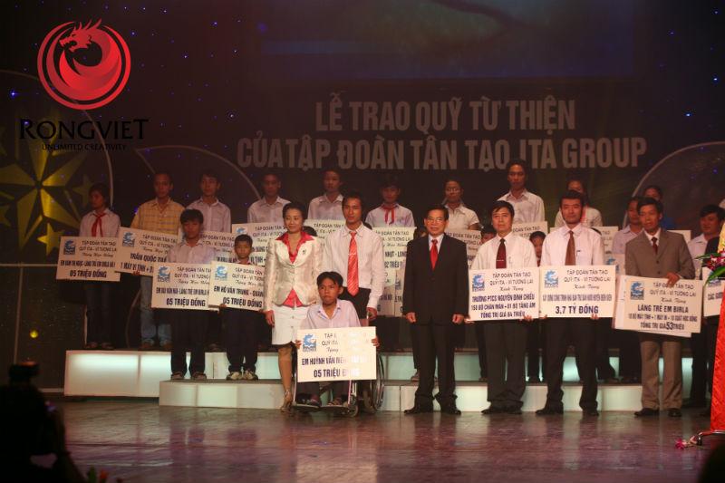Chủ tịch nước Nguyễn Minh Triết trao học bổng cho các em học sinh có thành tích xuất sắc - công ty sự kiện Rồng Việt