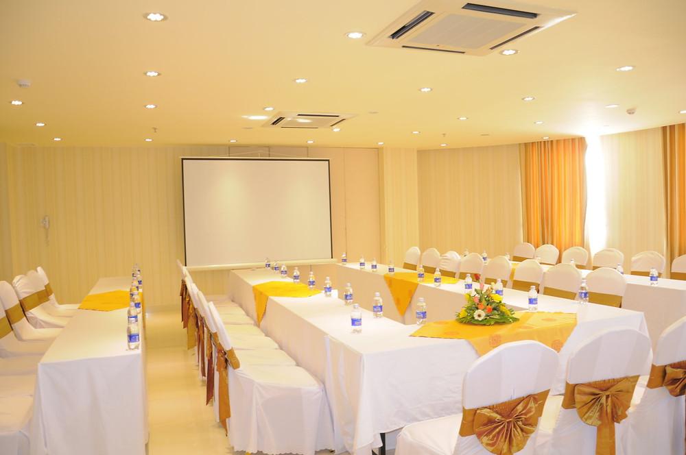 Bàn ghế hội nghị có khăn phủ và nơ trang trí sang trọng - công ty tổ chức sự kiện Rồng Việt