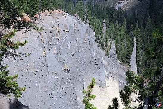Pinnacles erosioner skabt af vulkanrester på kanten af Crater Lake nationalpark.