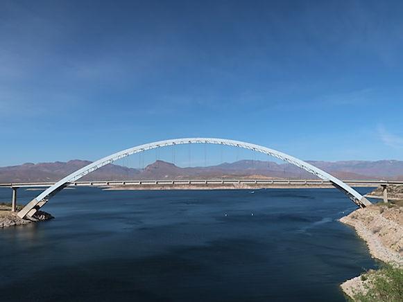 Tag en tur på Roosevelt Bridge og se dæmningen.