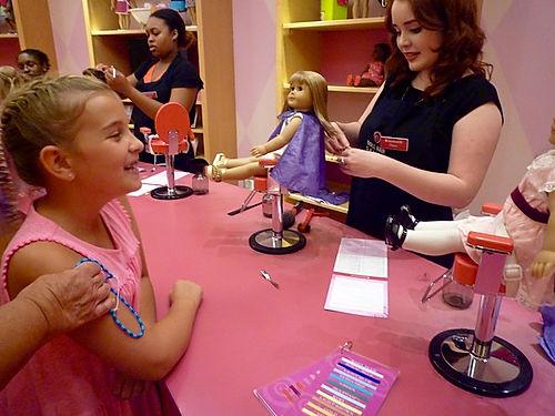 Besøg en legetøjsbutik i usa. Børn på roadtrip i usa