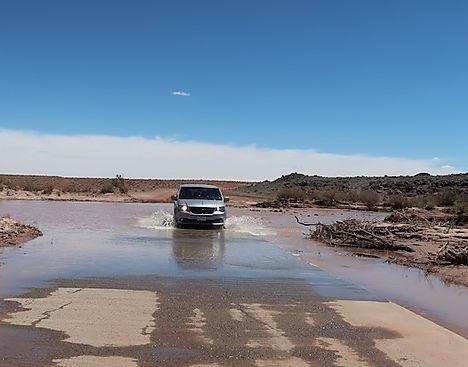 Drivingusa.dk kører gennem Little Colorado floden.jpeg