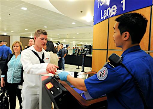 Soldater kommer først ind i flyet