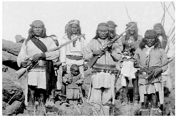 "Apache kaldte området ""The land of standing rocks""."