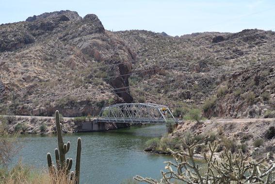 Bro ved Canyon Lake, Arizona.