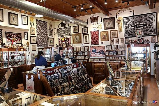 Navajo sælger kunsthåndværk, her i Monument Valley.. drivingusa.dk
