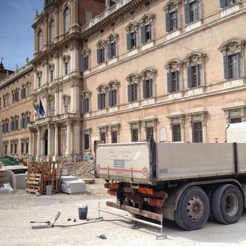Prove di carico su piastra in piazza Roma a Modena