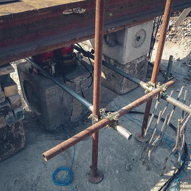 Prova di carico su palo di fondazione a due martinetti