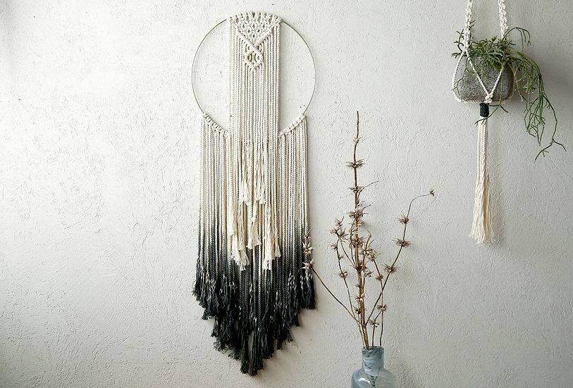 תכשיט לקיר, טבעת זהב ומקרמה בטבעי צבוע לשחור