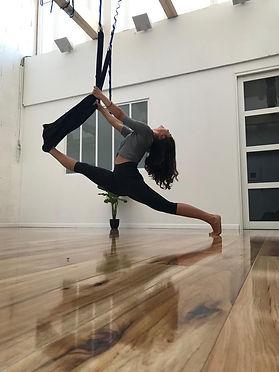 laura_yoga_aérien.jpg
