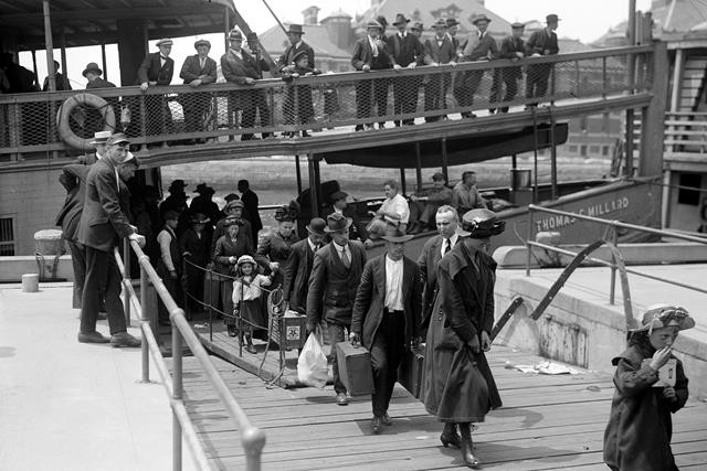 Прибывшие на о.Эллис иммигранты